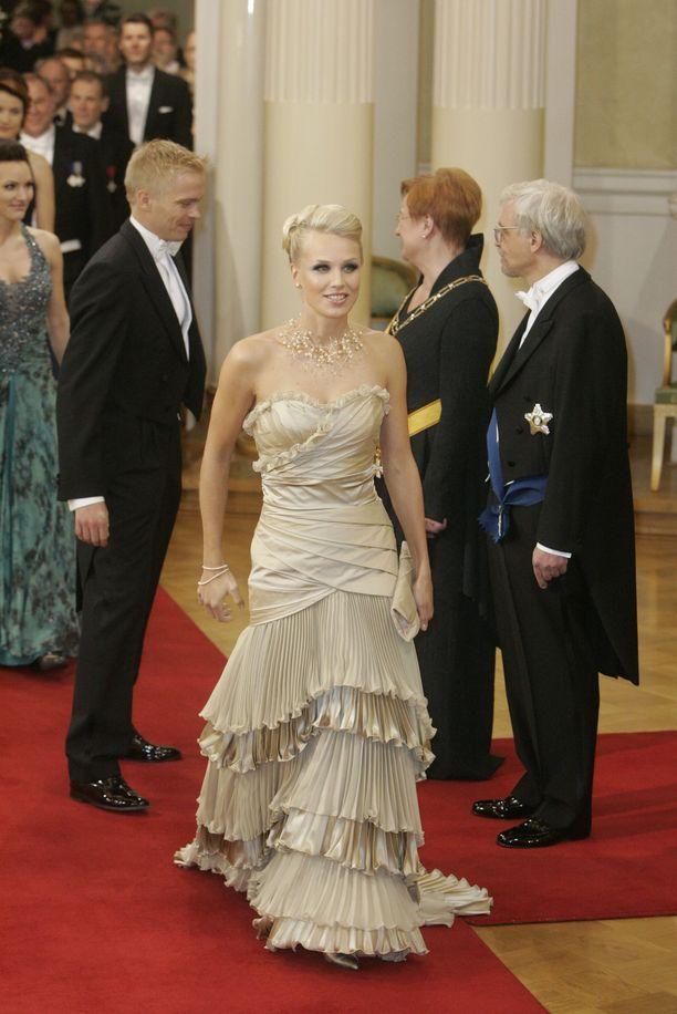 Minna Kauppi juhli 2008 silloisen miehensä, suunnistaja Pasi Ikosen kanssa. Yllään Kaupilla oli Voglian samppanjanvärinen puku. Hän oli illan ehdoton kuningatar, ja puku on kerännyt ylistystä jälkeenpäinkin. Kauppi luotti Vogliaan myös viime vuonna, kun juhli nykyisen miehensä Sipe Santapukin kanssa.