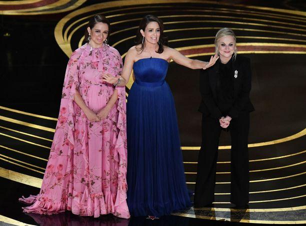 Maya Rudolph, Tina Fey ja Amy Poehler jakoivat illan ensimmäisen palkinnon.