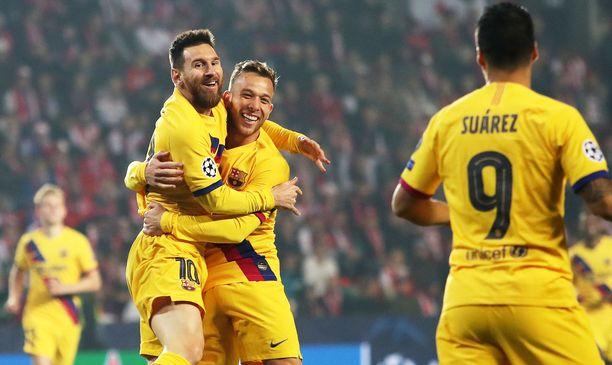 Leo Messi (vas) ja Arthur juhlivat Barcelonan johtomaalia Prahan illassa.