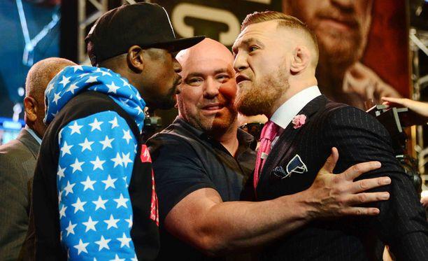 UFC:n toimitusjohtaja Dana White pääsi erottelemaan tähtiä tilaisuuden lopussa.