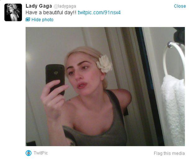 Gaga julkaisi meikittömistä kasvoistaan kuvan Twitterissä.