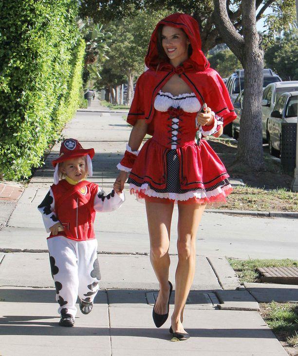 Huippumalli Alessandra Ambrosio vei poikansa kouluun seksikkääksi punahilkaksi pukeutuneena.