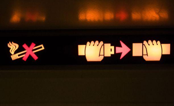 Lentomatkustajille tutut symbolit muistuttavat, että tupakointi koneissa on kielletty ja turvavyö on pidettävä kiinni merkkivalon palaessa.