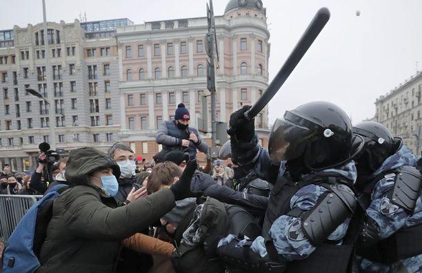 Aleksei Navalnyin vapauttamista vaatineet mielenosoittajat ottivat yhteen poliisin kanssa viime viikon lauantaina.