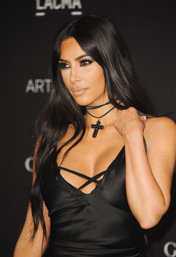 Punaisella matolla Kim Kardashian edustaa aina täydellisesti meikattuna, eikä psoriasiksesta näy jälkeäkään.