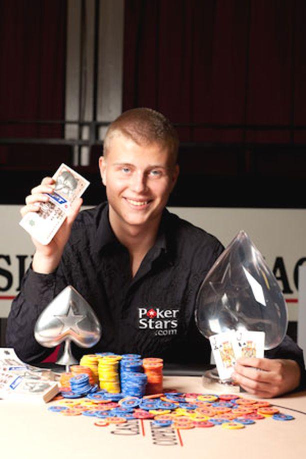 Jens Kyllönen käyttää päivästään kuusi tuntia pokerin pelaamiseen.