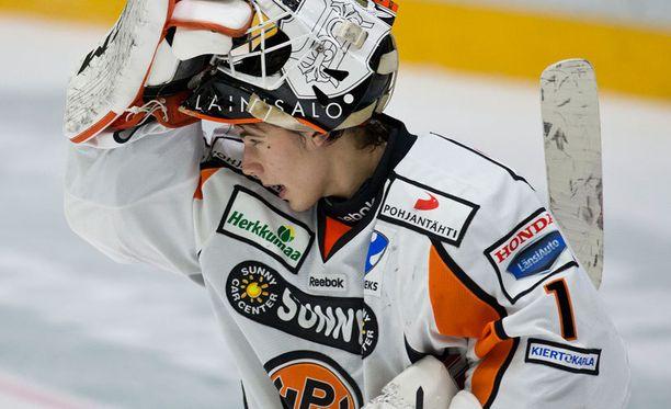 Juuse Saros odottelee varusteitaan Oulussa.