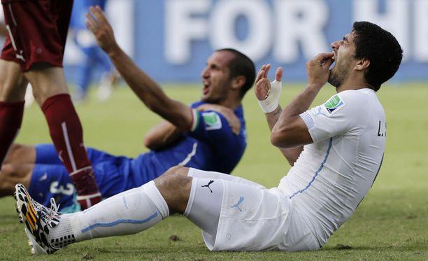 Välikohtauksen jälkeen Suarez jäi pitelemään purukalustoaan, Chiellini olkapäätään.
