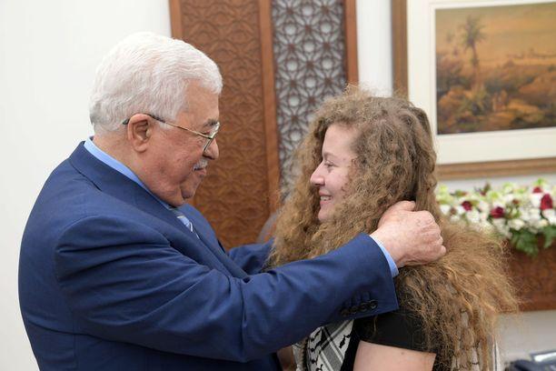 Ahed Tamimi tapasi tänään vankilasta vapauduttuaan Palestiinan presidentin Mahmud Abbasin.