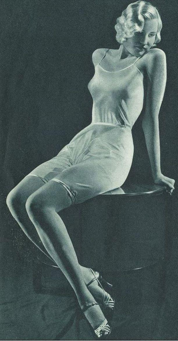 1930-luvun naisihanne kuten se esitettiin 1930-luvulla Suomen Trikoon Atlas-alusasujen tuote-esitteessä.