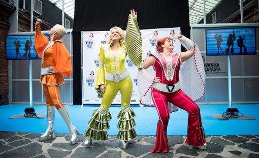 - Ihan Elvis-fiilis, Laura Voutilainen kommentoi huikeita Mamma Mia -musikaalin esiintymisasuja. Mukana myös Johanna Kokko, vas., ja Nina Tapio, oik.