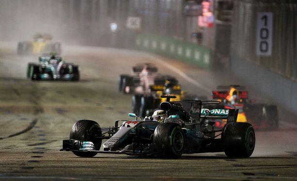 Lewis Hamilton selviytyi alun kolarisumasta ja voitti Singaporen GP:n.