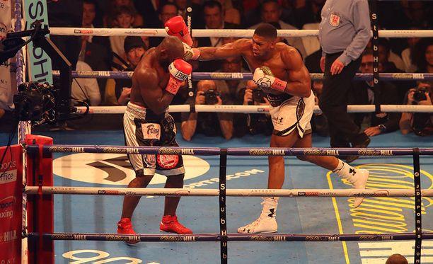 IBF- ja WBA-liittojen mestaruutta puolustanut Britannian Anthony Joshua (kuvassa oikealla) on voittanut Cardiffissa nyrkkeilyn raskaansarjan mestaruusottelun Carlos Takamia vastaan.