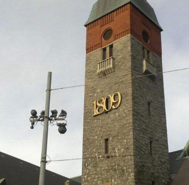 Kansallismuseon oikea vuosiluku ei ole julkisivussa. Museo avattiin yleisölle 1916.