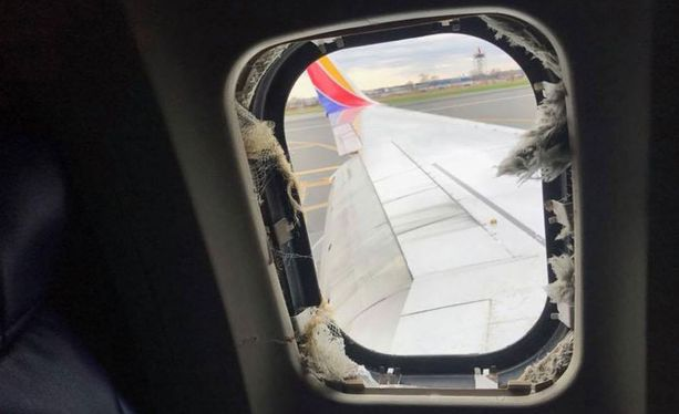 Koneen ikkuna särkyi, kun metalliromua lensi moottorista sitä päin. Naismatkustaja imeytyi osittain ikkunasta ulos.