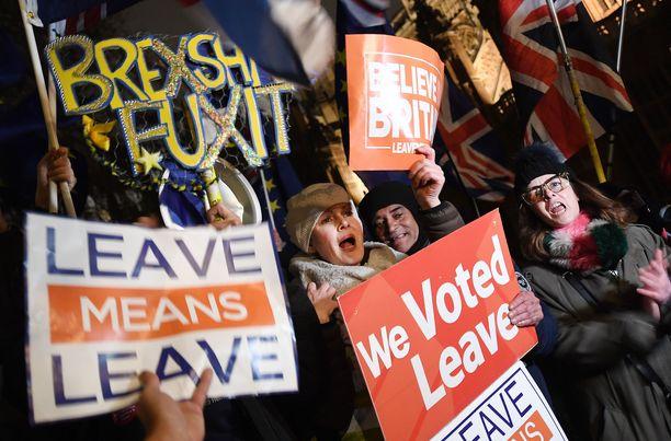 Ero tarkoittaa eroa. Mielenosoittajia brittiparlamentin ulkopuolella tiistaina.