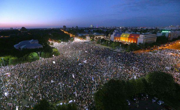 Kuva Victoriein aukiolta, jolle kymmenet tuhannet mielenosoittajat ovat kerääntyneet vastustamaan hallituksen korruptiota.