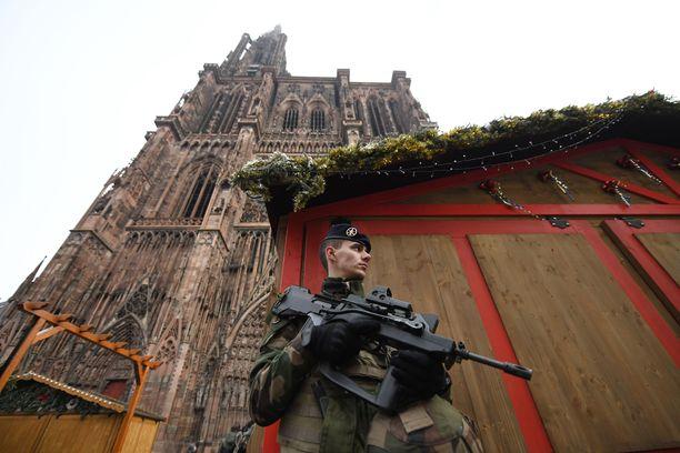 Strasbourgissa on runsaasti sotilaita ja poliiseja valvomassa turvallisuutta tiistai-illan iskun jälkeen.