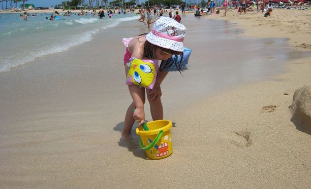 Lasta voi suojella auringolta muun muassa käyttämällä aurinkorasvaa ja hattua.