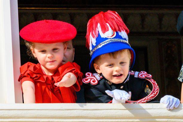 Prinssi Jacques ja prinsessa Gabriella vilkuttivat ruhtinaan palatsin parvekkeelta tottuneesti yleisölle Monacon kansallispäivänä 19.11.2019.