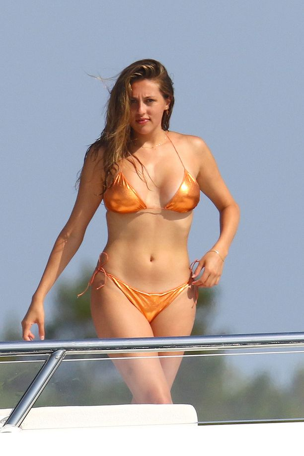 Katraan kuopusta, Scarlet Stallonea, on nähty julkisuudessa huomattavasti sisaruksiaan vähemmän.