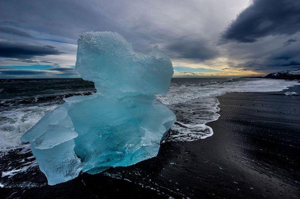 Jökulsárlón, Islanti: Timanttirannaksikin kutsuttu Islannin ihme ihastuttaa! Mustaa hiekkaa vasten lojuu jäätiköitä lohjenneita kappaleita, jotka ovat kuin timantteja.