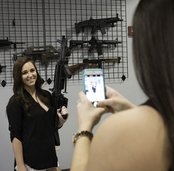 Yhdysvaltain aselait ovat sallivia. Kuva konetuliaseille pyhitetystä teemapuistosta Orlandosta.