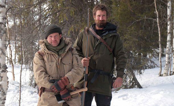 Ensitöikseen Matt ja Josh tekevät Kuusamossa lumikengät helpottaakseen lumessa etenemistään.