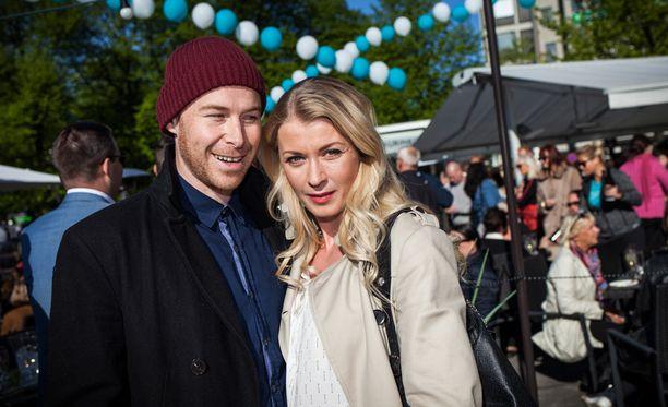 Darren ja Monika juhlivat häitään heinäkuussa Nuuksiossa.