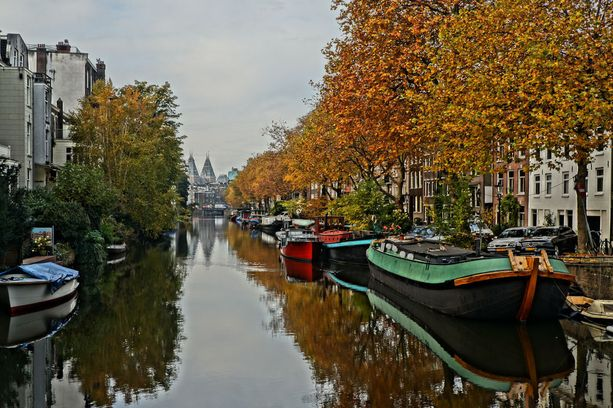 Amsterdamissa sijaitsee monia kanavia, ja kaupunkiin onkin kätevä tutustua kanavaristeilyllä.