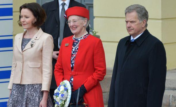 Tanskan kuningatar Margareeta pukeutui pirteään punaiseen, aina hattua myöten.