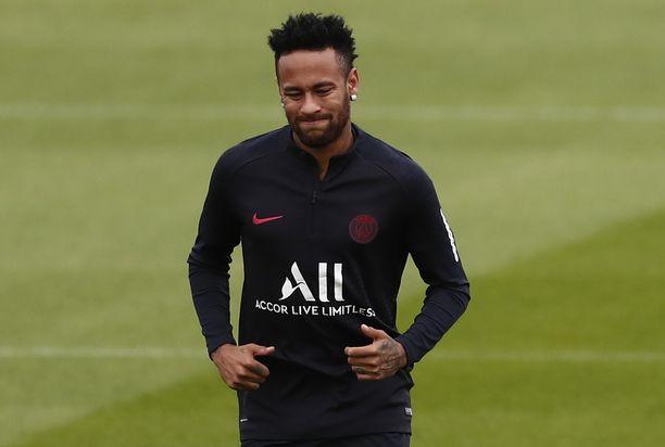 PSG-tähti Neymar vaikuttaa siirtyvän Espanjaan vielä ennen siirtoikkunan umpeutumista.