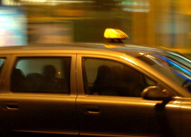 Poliisi löysi anastetun taksiauton. Kuvan taksi ei liity tapaukseen.