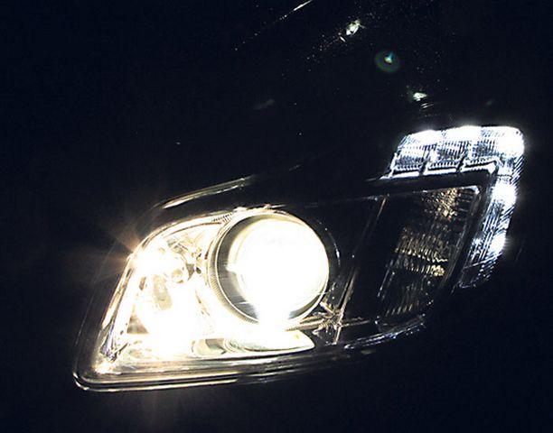 Opelin AFL-järjestelmä valaisee kaarteissa myös sivuille ja lähivalojen valokiila laajenee taajamissa jalankulkijoita etsimään.