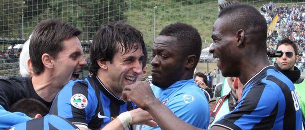 Diego Milito (keskellä) oli juhlien keskipiste.