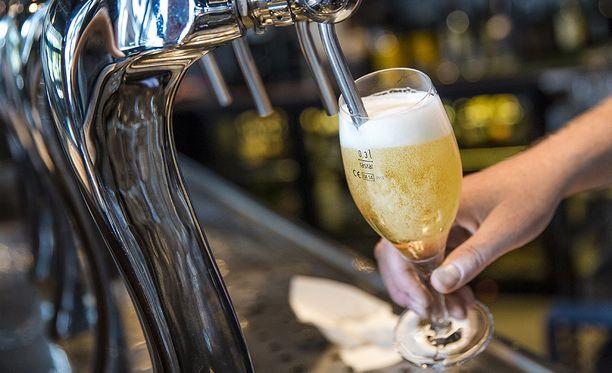 Hallituspuolueiden eduskuntaryhmissä oltaisiin valmiita alentamaan ravintoloissa myytävän alkoholin arvonlisäveroa, kertoo Uutissuomalainen.