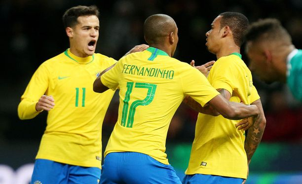 Philippe Coutinho (vas.), Fernandinho ja Gabriel Jesus juhlivat ottelun ainoaa maalia.