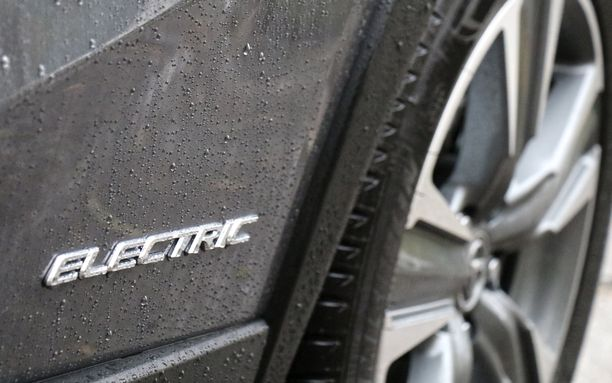Sähköautojen yleistymisen väitetään romahduttavan polttomoottoriautojen hinnat.