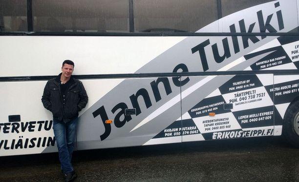 Janne osti itselleen syntymäpäivälahjaksi komean keikkabussin.