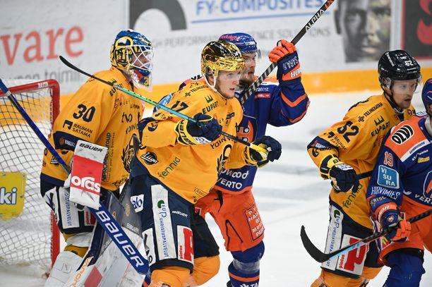 Tässä tilanteessa Tapparan Mikael Seppälä aiheuttaa Lukon maalivahdille Lassi Lehtiselle visuaalista häirintää. Seppälän vieressä Lukon kultakypärä Pavol Skalicky.