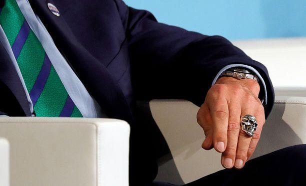 Schwarzenegger oli pujottanut sormiinsa näyttäviä sormuksia.