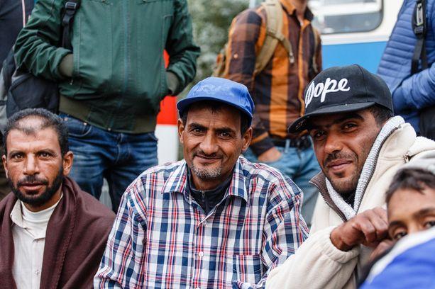 Rafid (mies sinisessä lippalakissa) kaipaa vaimoaan ja lapsiaan, jotka jäivät Syyriaan.