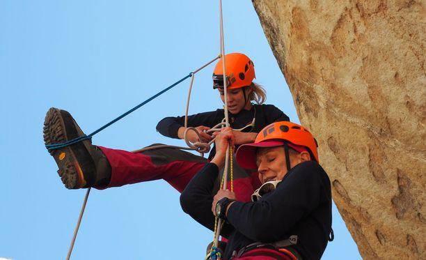 Tuija Pehkonen ja Leena Harkimo opettelevat railosta pelastautumista kahden köyden avulla.