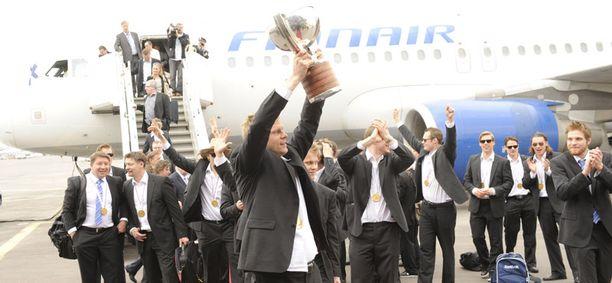 Mikko Koivu nosti mestaruuspokaliin ilmaan lentokentällä.