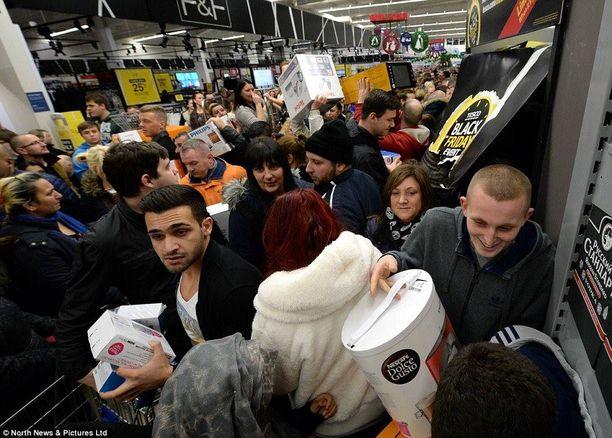 Black Friday aiheuttaa kaaosta amerikkalaiskauppojen lisäksi myös muun muassa Iso-Britanniassa.