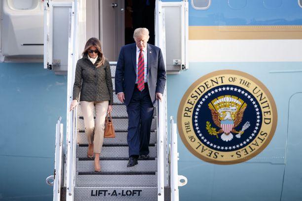 Melania Trump on usein esiintynyt vakavan näköisenä puolisonsa Donald Trumpin rinnalla. Toisinaan hän on antanut myös tunteidensa näkyä jopa läpsimällä aviomiestään. Kuva Skotlannin-vierailulta.