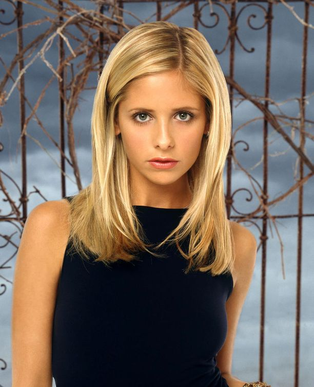 Sarah Michelle Gellar näytteli sarjan pääosaa Buffy Summersia, joka tavallisten teini-iän ongelmien lisäksi joutui murehtimaan maailmanlopun kaltaisia asioita.