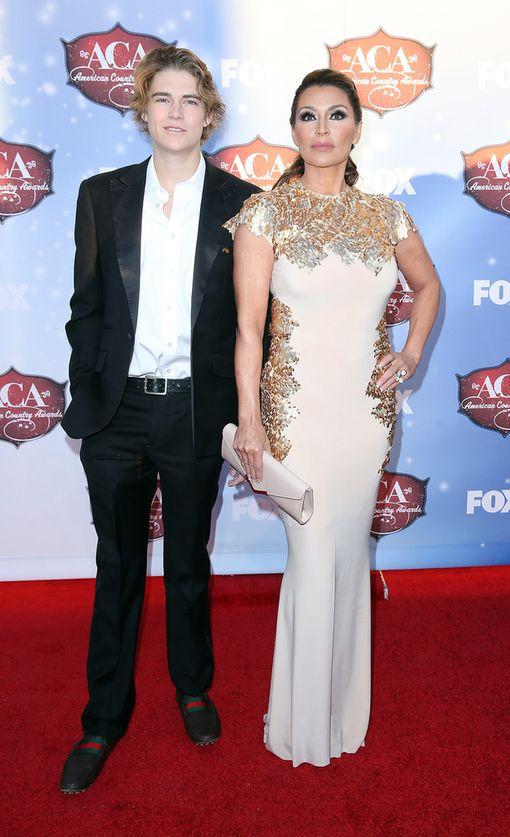 Nicholas Van Varenberg äitinsä Darcy LaPierin kanssa.