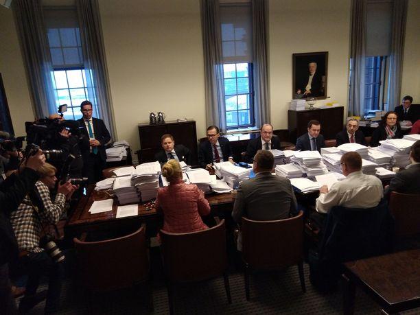 Kokoushuoneen pöydällä olevat järkälemäiset paperipinot kuvastavat sitä, mikä soten etenemisessä on ollut ongelmana jo pitkään. Sipilän hallitus löysi aivan liian myöhään mallin, jonka se oli valmis tuomaan eduskunnan käsiteltäväksi.