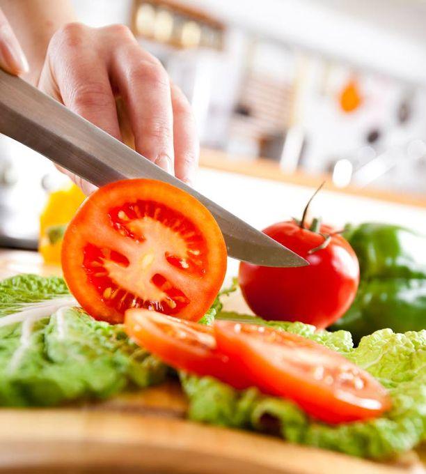 Ei nälkää Karppauksen avulla nälän tunne pysyy hyvin kontrollissa, ravitsemusterapeutti vakuuttaa.